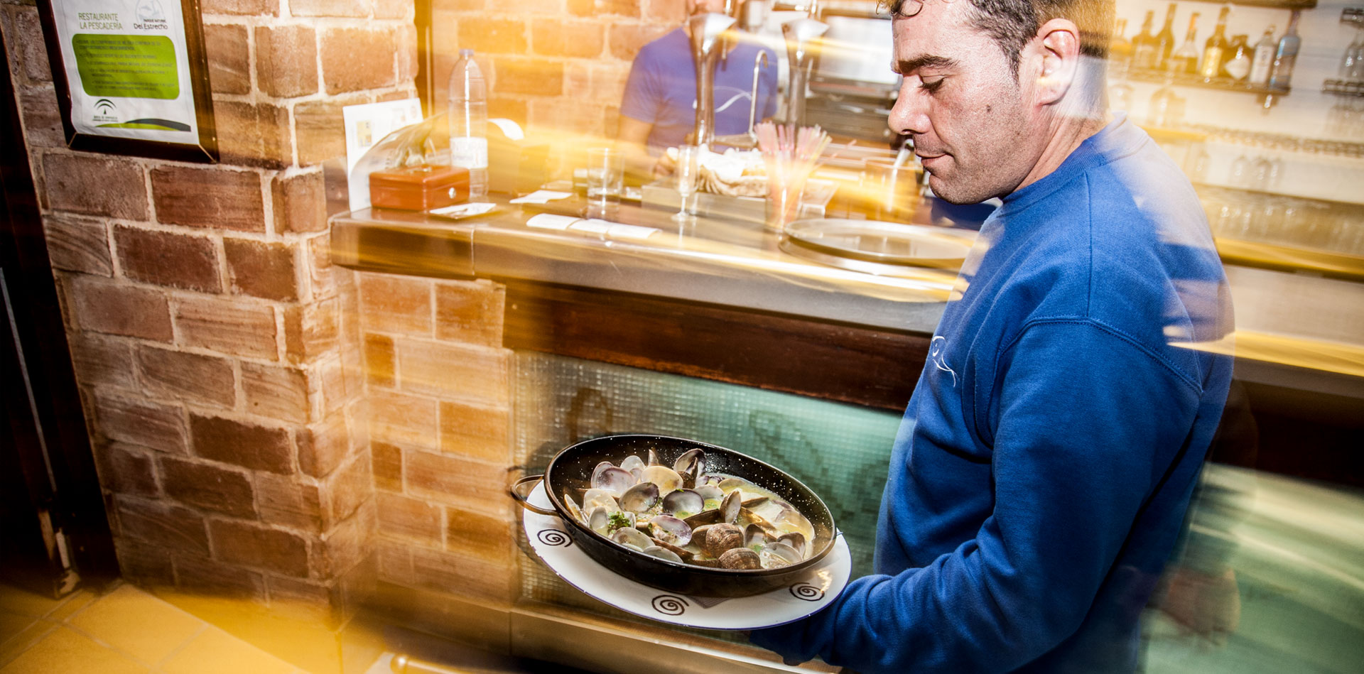 Comer en Tarifa - Ramón camarero de La Pescadería