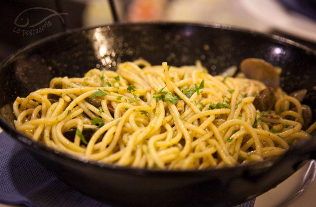 Comer en Tarifa - Espaguetis con almejas y langostinos