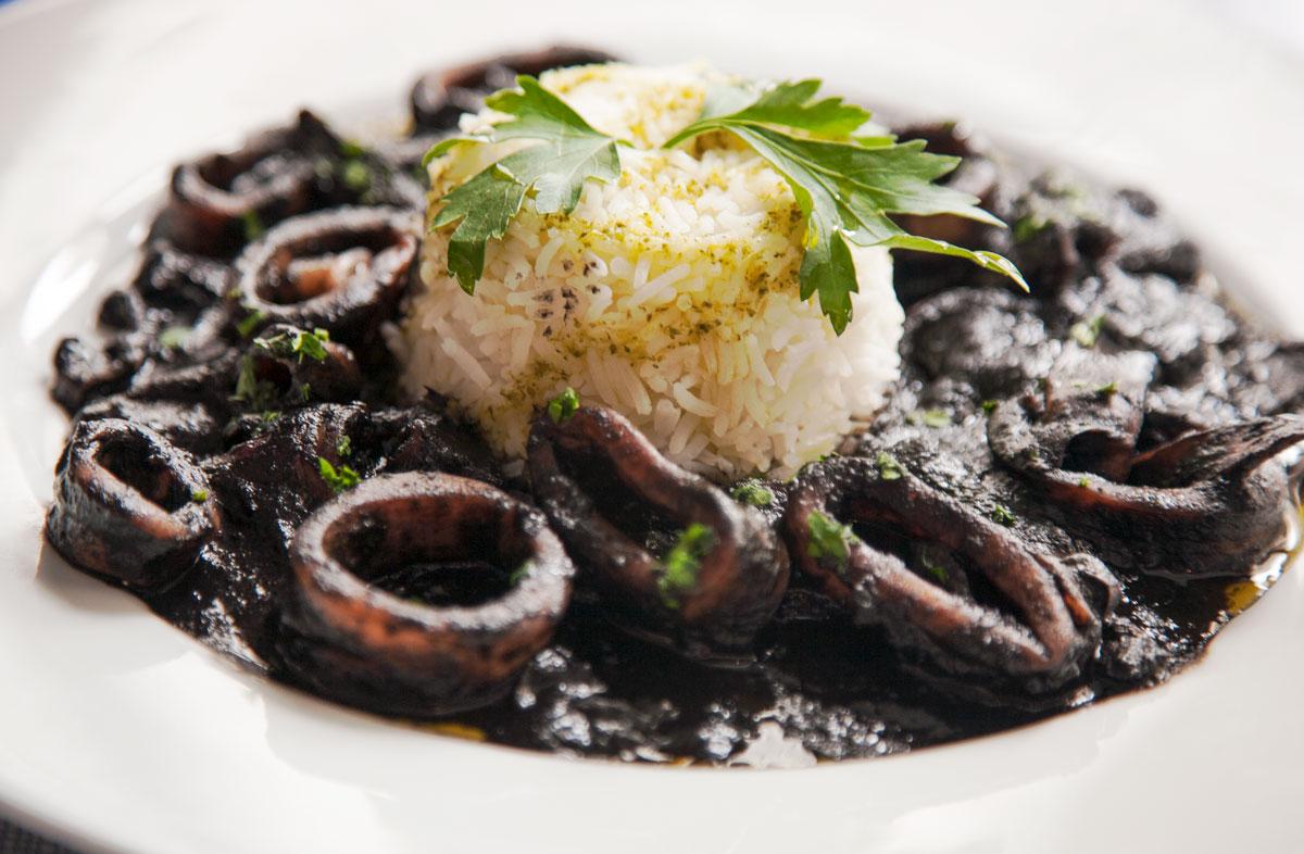 Comer en Tarifa - Calamares en su tinta con arroz blanco de La Pescaderia