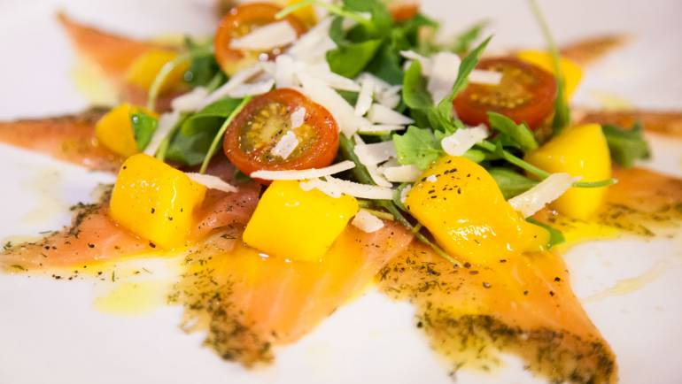 Ensalada de salmón marinado y mango fresco
